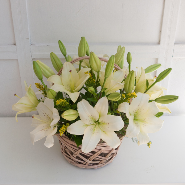 Flower arrangement with lilies