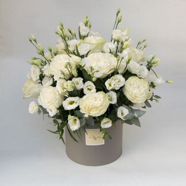 Composition with white roses and lisianthus